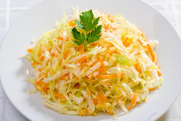 salat-iz-kapusty-s-morkovyu-i-lukom