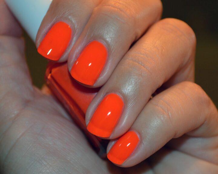 krasno-oranzhevyy-manikyur