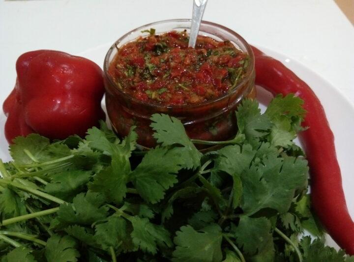 adzhika-iz-petrushki-s-pomidorami-i-bolgarskim-pertsem