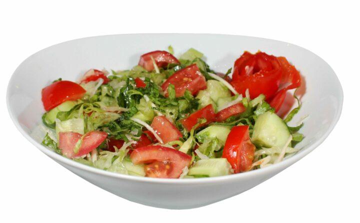 salat-iz-ogurtsov-pomidorov-i-zeleni