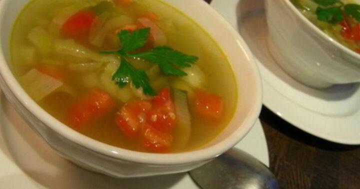 sup-iz-luka-poreya-i-tomatov-s-zelenyu