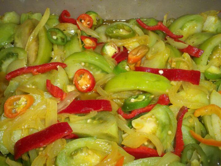 marinovanye-zelenye-pomidory-s-bolgarskim-pertsem