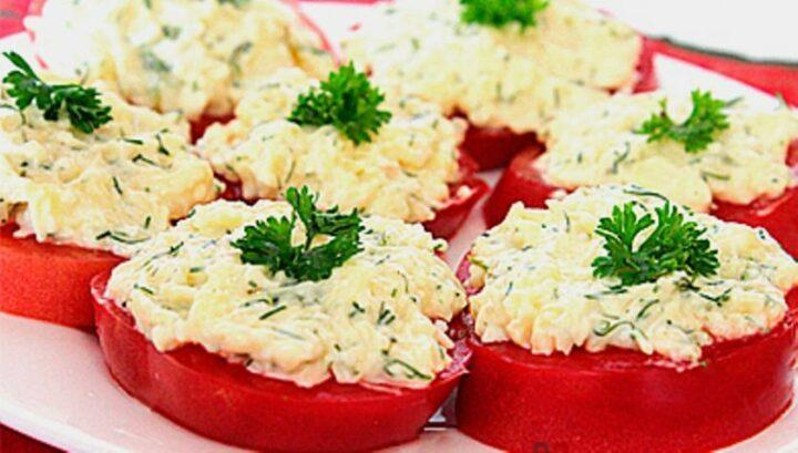 pomidory-s-syrom-i-chesnokom.jpg