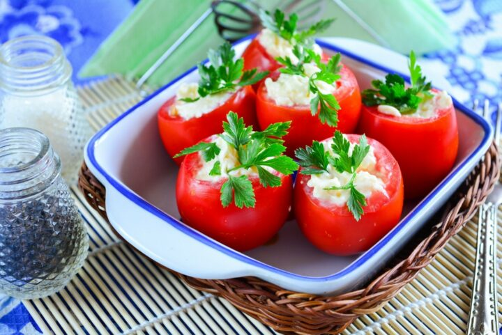 pomidory-farshirovannye-plavlenym-syrom.jpg