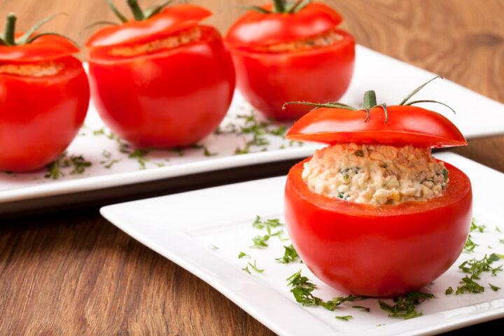 pomidory-farshirovannye-syrom-s-kryshechkami.jpg