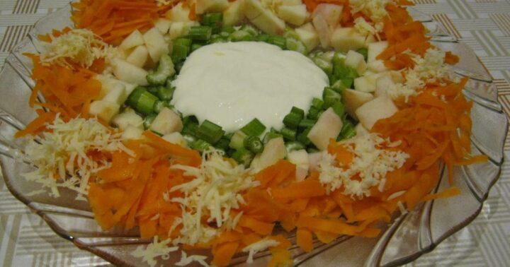salat-iz-seldereya-morkovi-yablok-i-syra.jpg